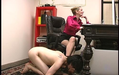 Смотреть порно лижет под столом
